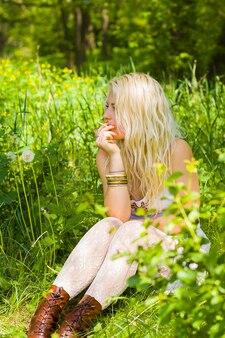 Hipisi dziewczyna siedzi i pali