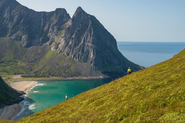 Hipnotyzująca scena plaży kvalvika położonej w norwegii w słoneczny dzień