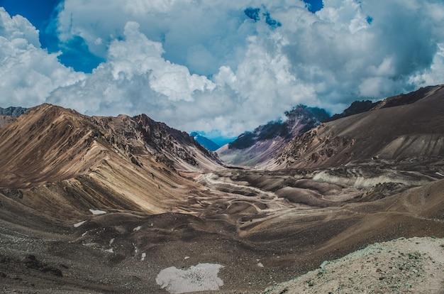 Hipnotyzująca sceneria gór skalistych pod malowniczym pochmurnym niebem w patagonii w argentynie