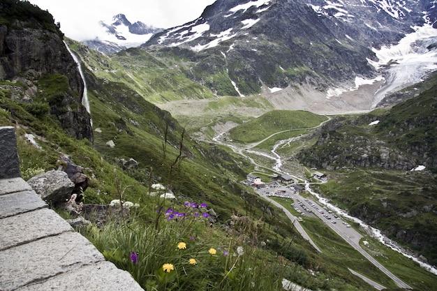 Hipnotyzująca Sceneria Pięknych Ośnieżonych Gór Pod Zachmurzonym Niebem Darmowe Zdjęcia