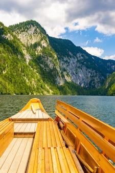 Hipnotyzujące pionowe ujęcie jeziora toplitz neuhaus w austrii w ciepłe, słoneczne popołudnie