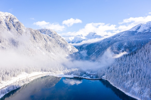 Hipnotyzujące ujęcie jeziora i pokrytych śniegiem gór