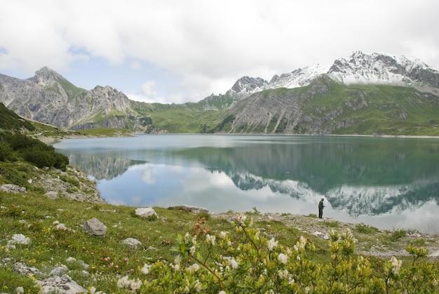 Hipnotyzujące ujęcie jeziora lünersee vandans w austrii