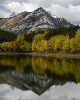 Hipnotyzujące ujęcie parku narodowego banff w albercie w kanadzie