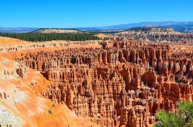 Hipnotyzujące ujęcie parku narodowego bryce canyon na navajo loop trail, utah, usa