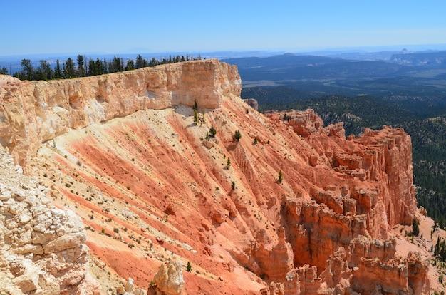 Hipnotyzujące ujęcie parku narodowego bryce canyon w navajo loop trail, utah, usa