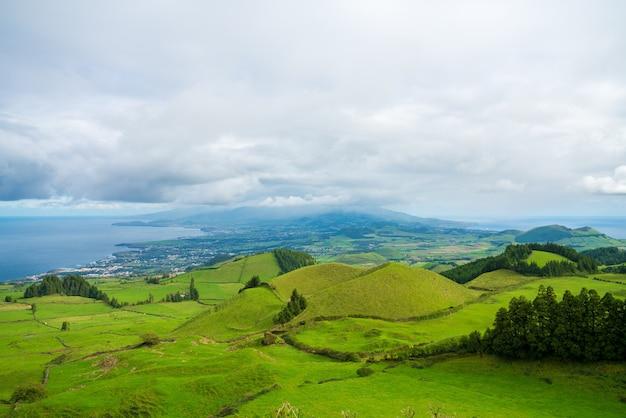Hipnotyzujące ujęcie pięknego górskiego krajobrazu na azorach w portugalii