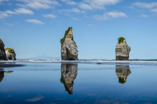 Hipnotyzujące ujęcie pięknej formacji skalnej three sisters w nowej zelandii