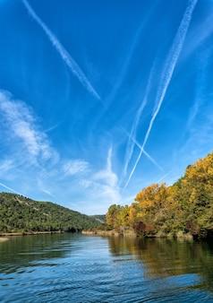 Hipnotyzujące ujęcie pięknej rzeki w środku lasu