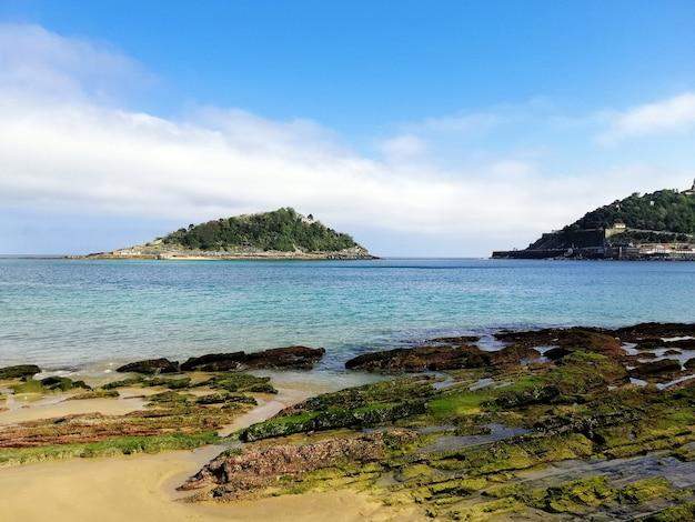 Hipnotyzujące ujęcie pod dużym kątem z plaży w san sebastian w hiszpanii