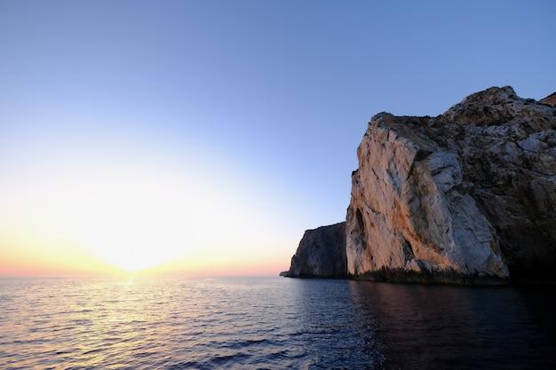 Hipnotyzujące ujęcie przedstawiające piękny krajobraz morski i ogromne skały