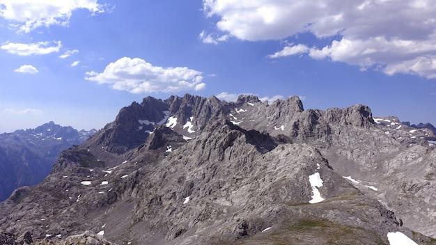 Hipnotyzujące ujęcie skalistych gór picos de europa w kantabrii w hiszpanii