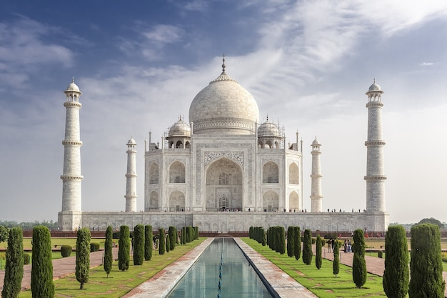 Hipnotyzujące ujęcie słynnego historycznego taj mahal w agrze w indiach