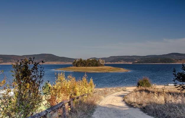 Hipnotyzujące ujęcie spokojnego jeziora otoczonego zielenią w bułgarii