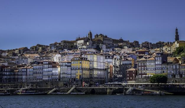 Hipnotyzujące ujęcie starego miasta porto zza rzeki douro