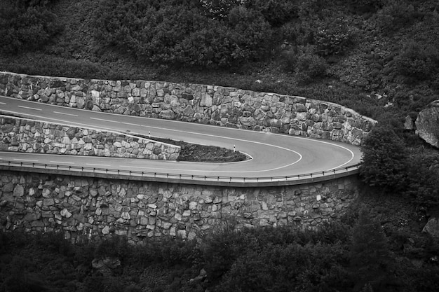 Hipnotyzujące ujęcie w skali szarości drogi wśród pięknego krajobrazu