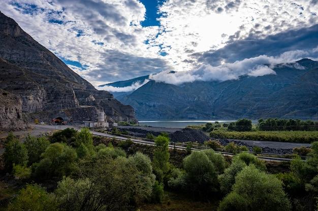 Hipnotyzujący krajobraz jeziora tortum w erzurum, turcja