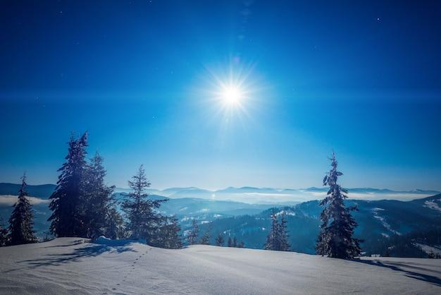 Hipnotyzujący krajobraz ośnieżonego stoku narciarskiego