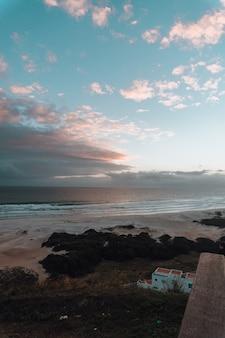Hipnotyzujący pionowy obraz pięknego wschodu słońca na plaży w rio de janeiro