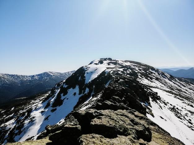 Hipnotyzujący widok na górę penalara w hiszpanii pokrytą śniegiem w słoneczny dzień