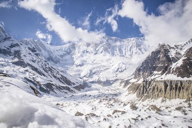 Hipnotyzujący widok na góry pokryte śniegiem pod błękitnym niebem