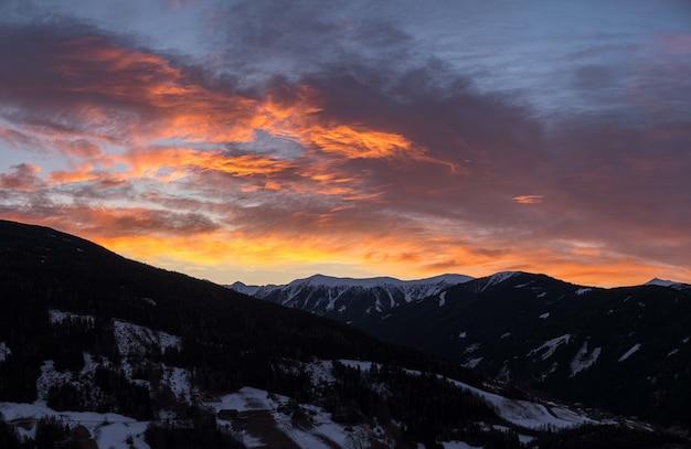 Hipnotyzujący widok na góry pokryte śniegiem podczas wschodu słońca