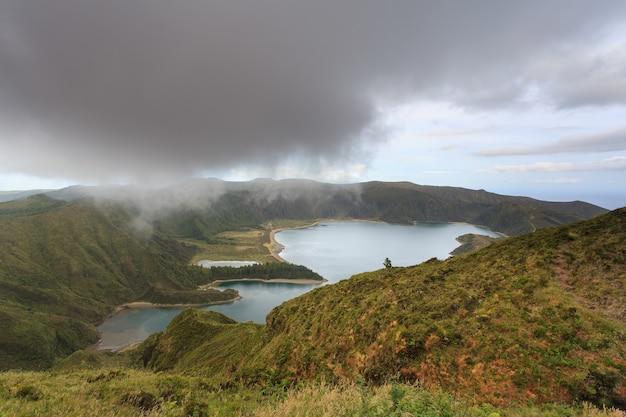 Hipnotyzujący widok na jezioro lagoa do fogo z niebieskim kraterem z punktu widokowego miradouro da barrosa