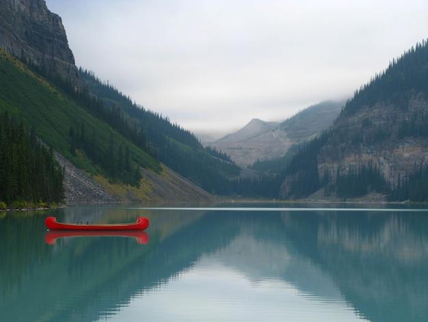 Hipnotyzujący widok na jezioro louise w parku narodowym banff, alberta, kanada