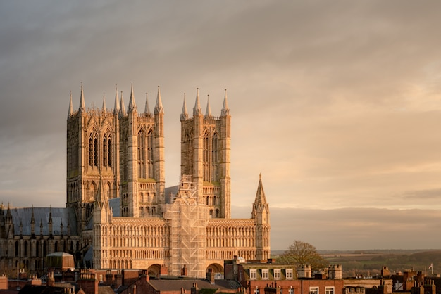 Hipnotyzujący widok na katedrę lincoln w wielkiej brytanii w deszczowy dzień