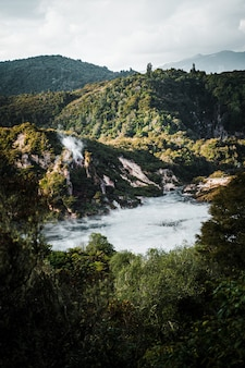 Hipnotyzujący widok na piękny górski krajobraz z jesienną kremową mgłą