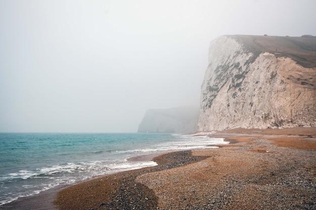 Hipnotyzujący widok na spokojny ocean w mglisty dzień w purbeck heritage coast swanage w wielkiej brytanii