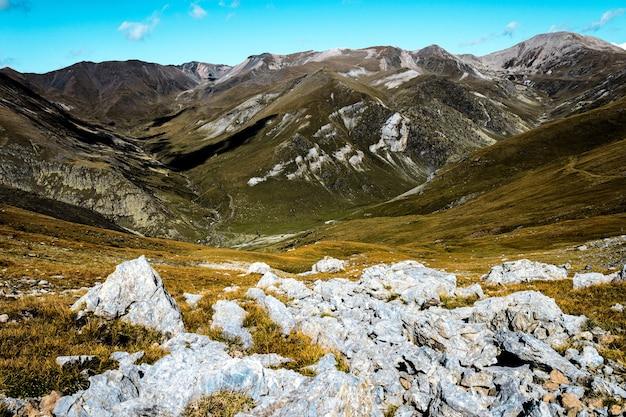 Hipnotyzujący widok na three peaks hill pod zachmurzonym niebem w argentynie