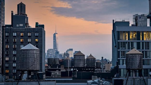 Hipnotyzujący widok z dachu na manhattanie w nowym jorku podczas godziny zachodu słońca