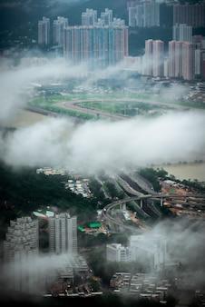 Hipnotyzujący widok z lotu ptaka na miasto hongkong przez chmury
