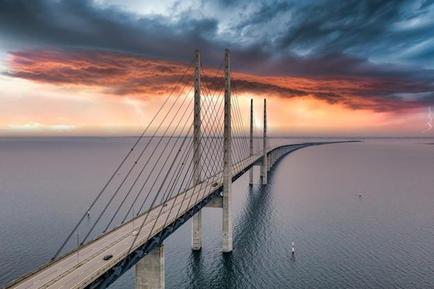 Hipnotyzujący widok z lotu ptaka na most między danią a szwecją pod zachmurzonym niebem