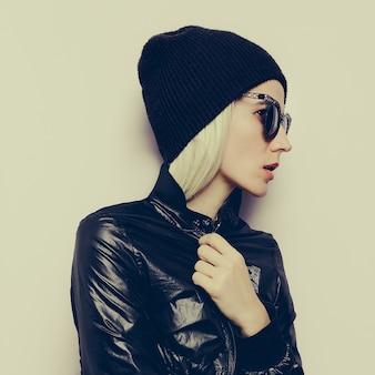 Hipster blond dziewczyna swag moda beanie. glamorous okulary przeciwsłoneczne. jesień sezon zimowy