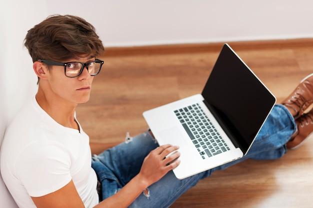 Hipster człowiek pracuje na laptopie