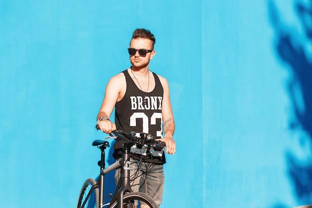Hipster człowiek z rowerem