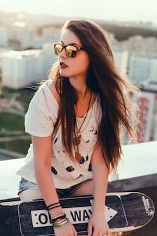 Hipster dziewczyna z deskorolka