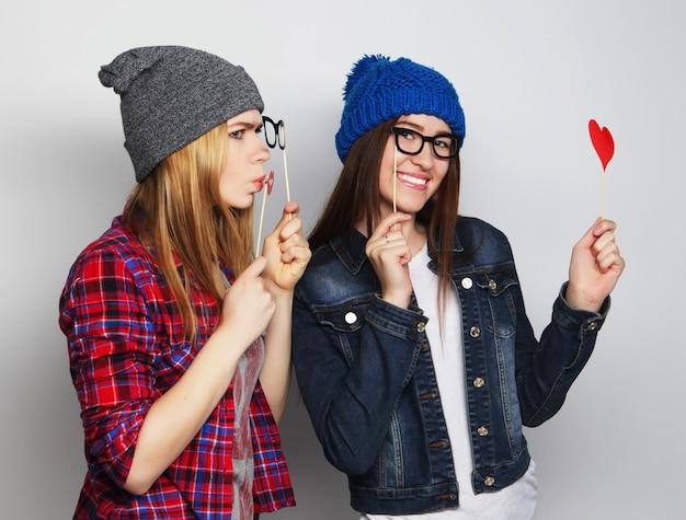 Hipster dziewczyny najlepsi przyjaciele gotowi na imprezę