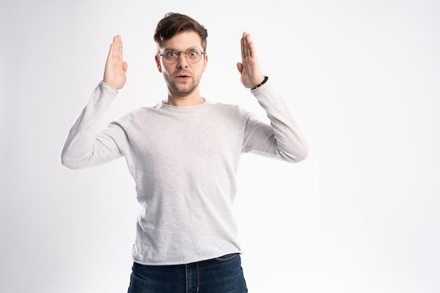Hipster emocjonalny okazuje zdziwienie