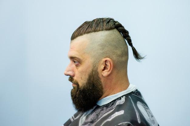 Hipster klient odwiedzający fryzjera. moda męska. brodaty mężczyzna po fryzjera. człowiek hipster