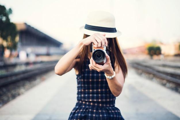 Hipster kobieta zrobić zdjęcie do podróży na ulicy