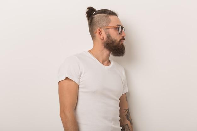Hipster ludzie koncepcja profil pół twarzy widok z boku portret poważnego brodatego hipstera