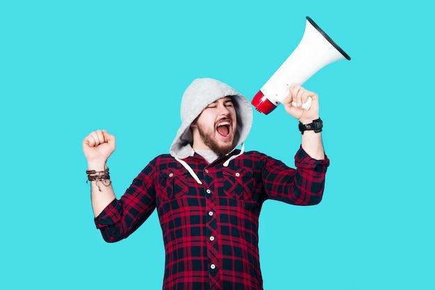 Hipster mężczyzna krzyczy w megafonie, obraz na lazurowym tle, działacz koncepcyjny w akcji