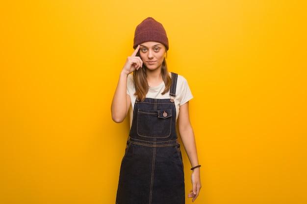 Hipster młoda kobieta myśli o idei