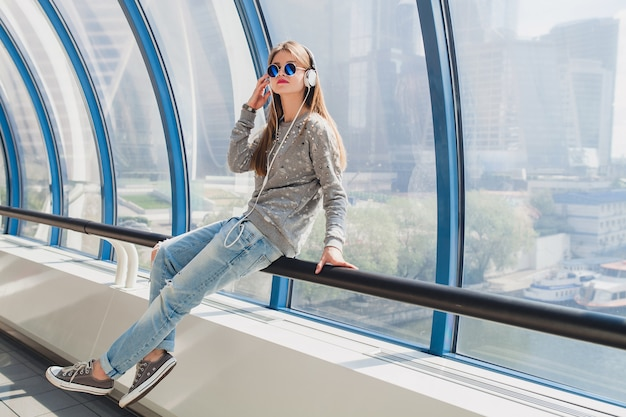 Hipster młoda kobieta w strój casual, zabawy, słuchanie muzyki w słuchawkach