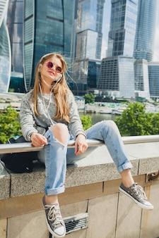 Hipster młoda kobieta, zabawy na ulicy, słuchanie muzyki na słuchawkach