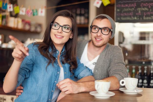 Hipster młoda para w kawiarni