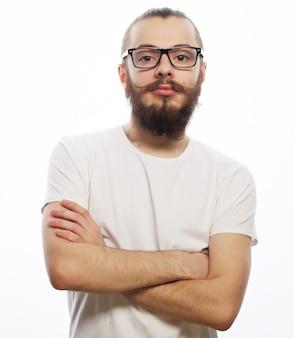Hipster młody brodaty mężczyzna nosi okulary. na białym tle.